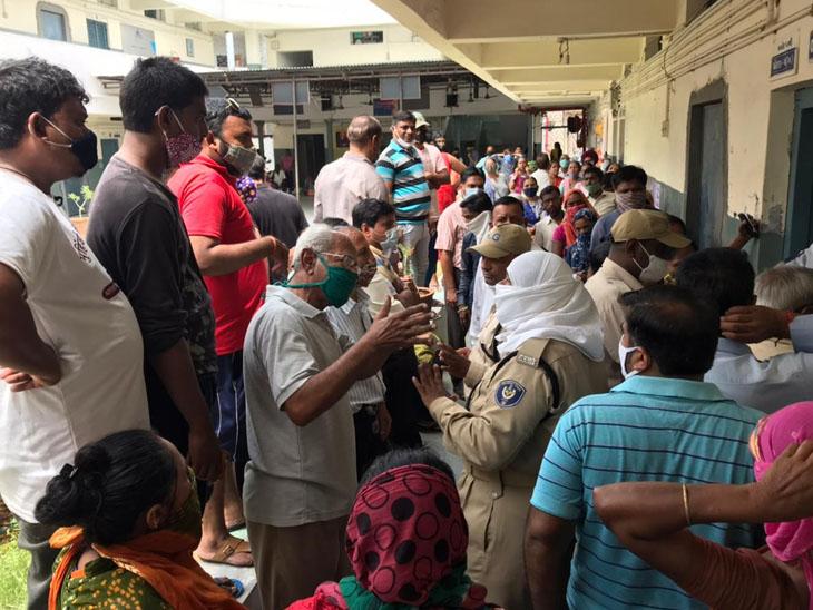 હરણી રોડ પર આવેલી સ્વામી વિવેકાનંદ સ્કૂલના સેન્ટર પર દોઢ કલાક મોડી વેક્સિન આવતાં લોકોએ હોબાળો મચાવ્યો હતો - Divya Bhaskar