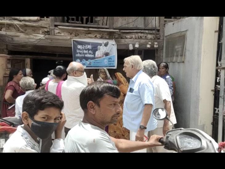 માસારોડ ગ્રામજનો પોસ્ટ ઓફીસ મોભા ગામે ખસેડવાના મુદ્દે હોબાળો મચી જતા નજરે પડે છે. - Divya Bhaskar
