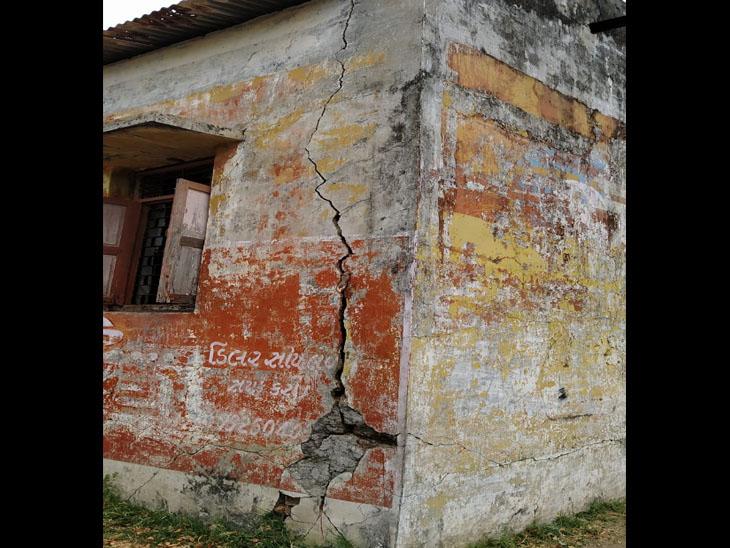ભદ્રાલી ગામની જર્જરિત શાળા. - Divya Bhaskar