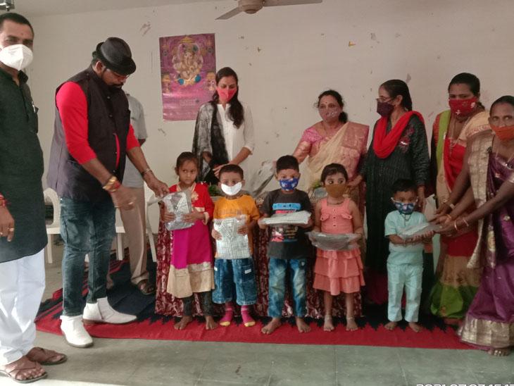 વાઘોડીયા આંગણવાડીના ભુલકાઓને  ધારા સભ્ય દ્વારા ગણવેશ વિતરણ કરવામાં આવ્યુ. - Divya Bhaskar