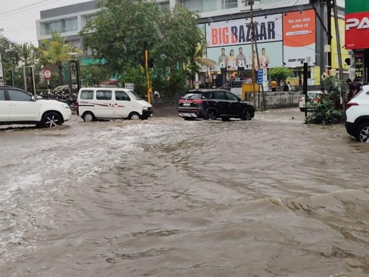 માધાપર ચોક કરતા ગોંડલ ચોકડી વિસ્તાર10 માળની બિલ્ડિંગ જેટલો ઊંચો પણ રોડના લેવલ યોગ્ય ન રખાતા 11 કિ.મી.ના BRTS પર ભરાય છે પાણી|રાજકોટ,Rajkot - Divya Bhaskar