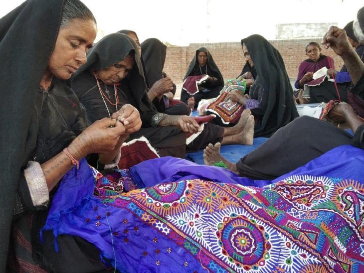 સ્થાનિક મહિલાઓ પાબિબેન માટે પ્રોડક્ટ તૈયાર કરવાનું કામ કરે છે. તેના પછી તેઓ તેનું માર્કેટિંગ કરે છે.
