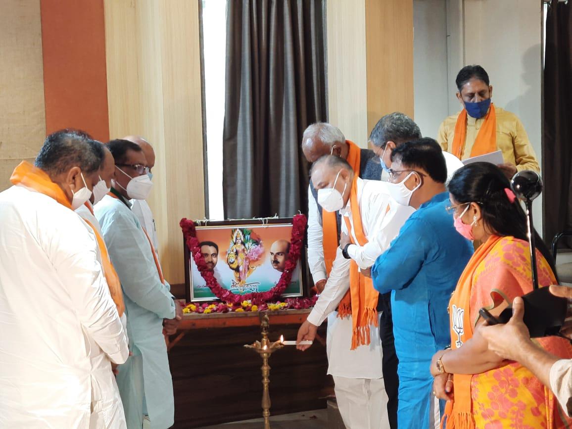 ખાનપુર શહેર કાર્યાલય ખાતેથી દિવંગત નેતાઓ અને કાર્યકર્તાઓને શોકાંજલિ પાઠવાઈ - Divya Bhaskar