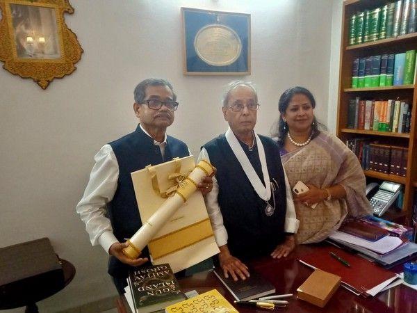 ભૂતપુર્વ રાષ્ટ્રપતિ અને ભારત રત્ન દિવંગત પ્રણવ મુખર્જી સાથે અભિજીત અને શર્મિષ્ઠા મુખર્જી