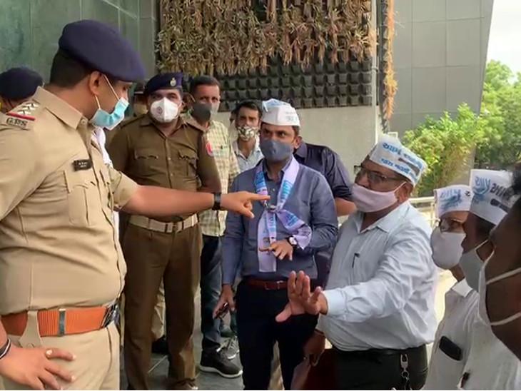 રાજકોટમાં આપના નેતાઓ પર હુમલાને લઇ કલેક્ટરને રજુઆત, પોલીસ સાથે બોલાચાલી, NSUIએ વિદ્યાર્થીઓને વેક્સિન આપવાની માગ સાથે મનપાને રજુઆત કરી|રાજકોટ,Rajkot - Divya Bhaskar