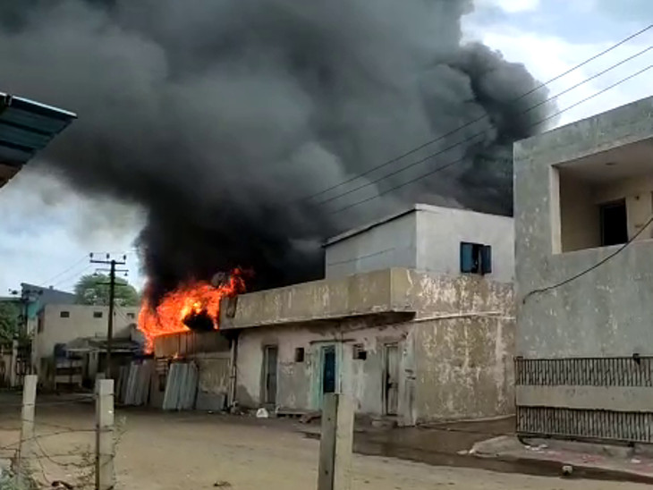આગને પગલે પોલીસ દોડી આવી.