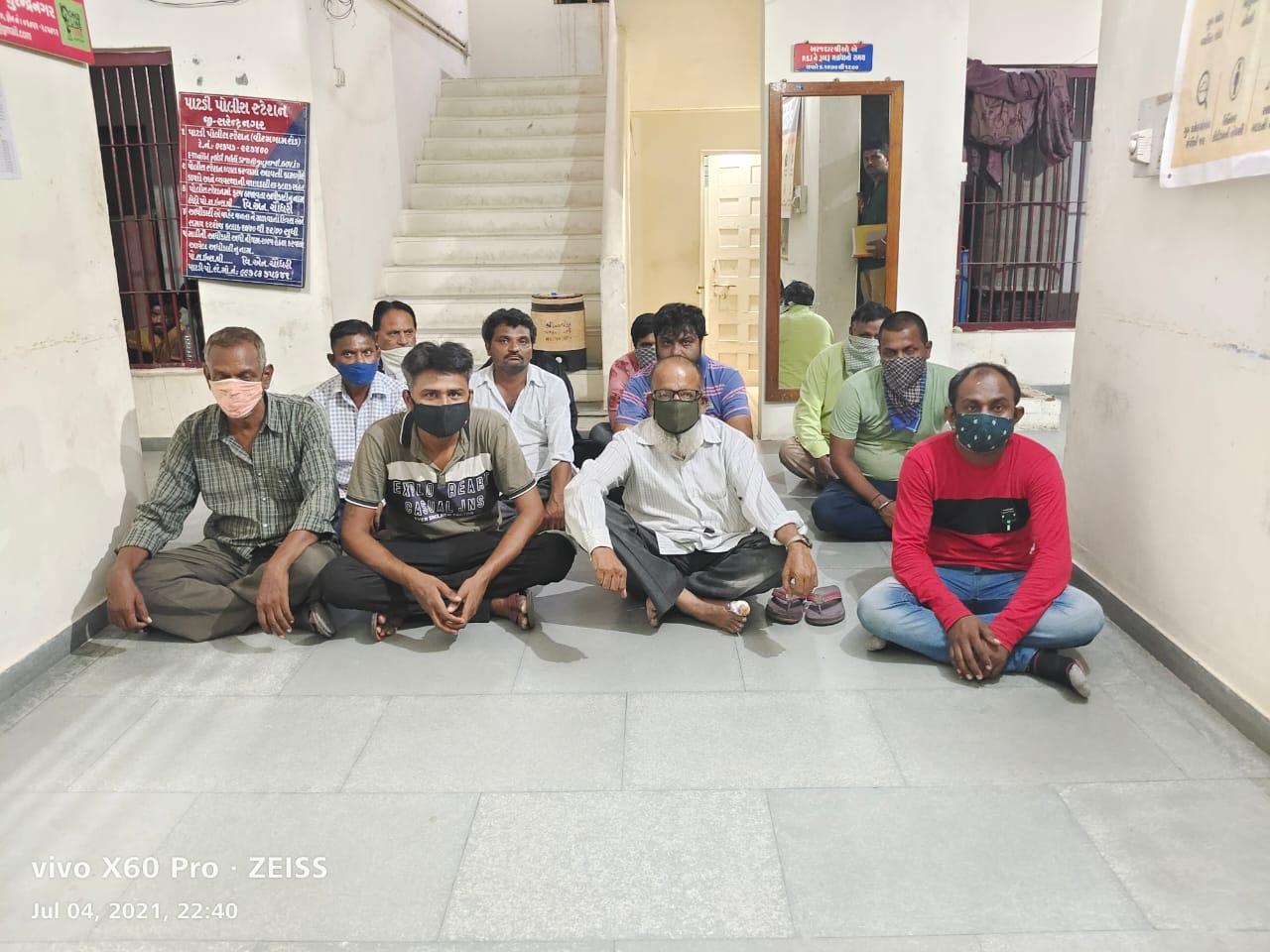 પાટડી તાલુકાના ઉપરીયાળા ગામેથી રૂ. 4.28 લાખના મુદામાલ સાથે અમદાવાદના 12 જુગારીઓ ઝડપાયા - Divya Bhaskar