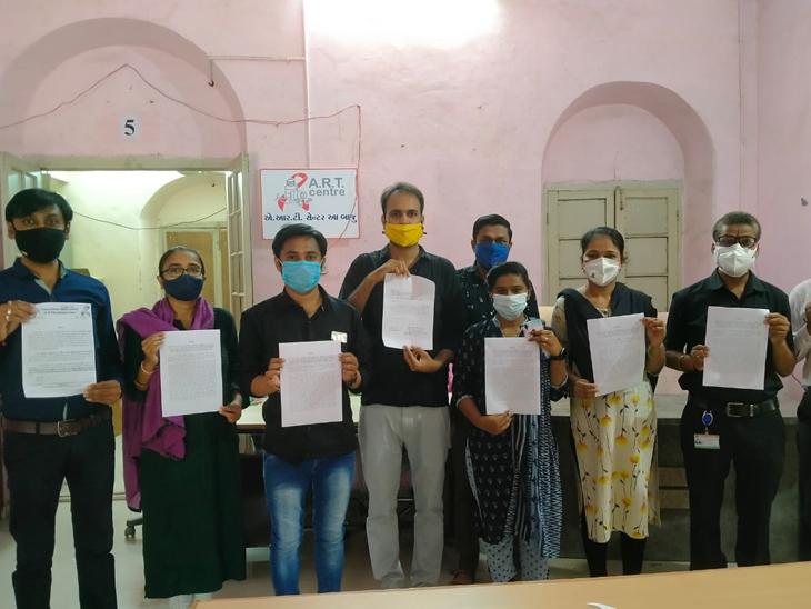 પાલનપુર એ. આર. ટી. સેન્ટરના કર્મચારીઓને પગારમાં અન્યાય થતાં કાળા કપડાં પહેરી વિરોધ નોધાવ્યો હતો. તસ્વીર: ભાસ્કર - Divya Bhaskar
