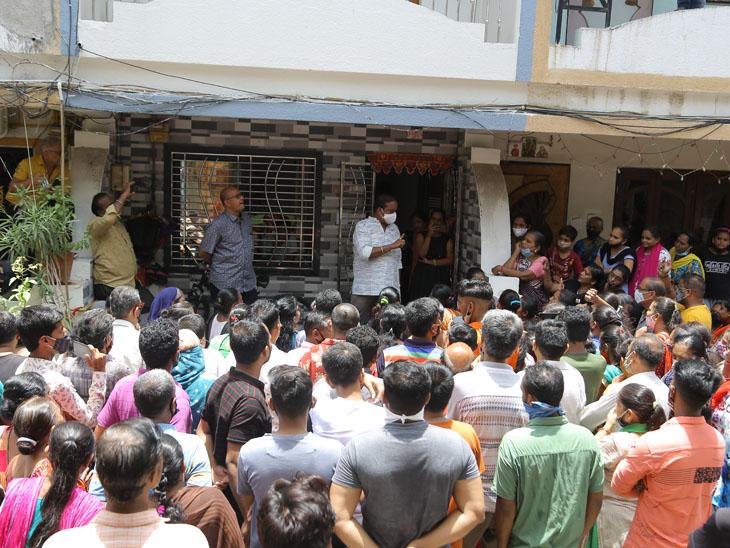 પાલિકાએ પાણી-ગટર લાઇનના કનેક્શનો કાપી નાખતા રહીશોમાં રોષ ફેલાયો હતો - Divya Bhaskar