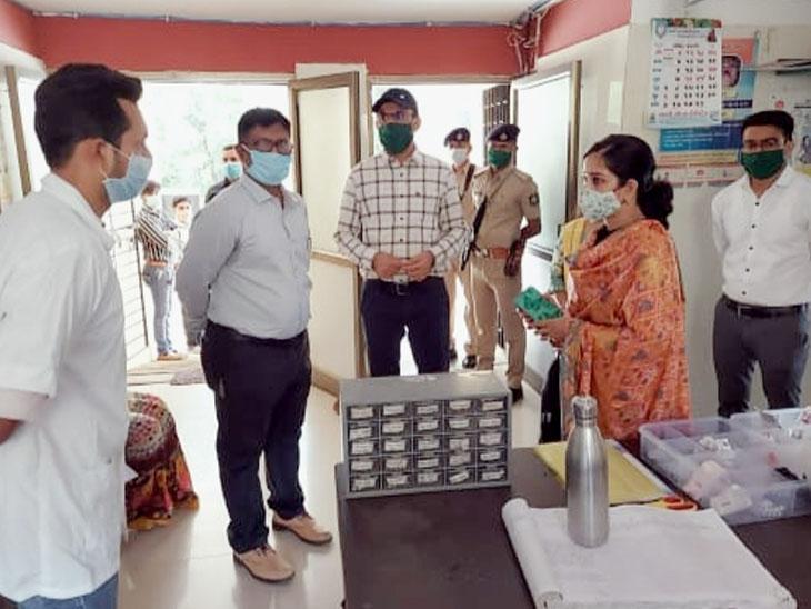 છોટાઉદેપુર જિલ્લા કલેકટર સ્તુતિ ચારણે ડુંગરવાંટ પ્રાથમિક આરોગ્ય કેન્દ્રની મુલાકાત લીધી હતી તે વેળાની તસવીર. - Divya Bhaskar