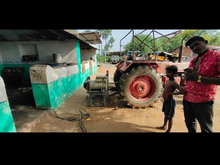 પડાલ ગામે ટ્રેકટરની સાથે જોડીને વીજળી ઉત્પન્ન કરે છે. - Divya Bhaskar