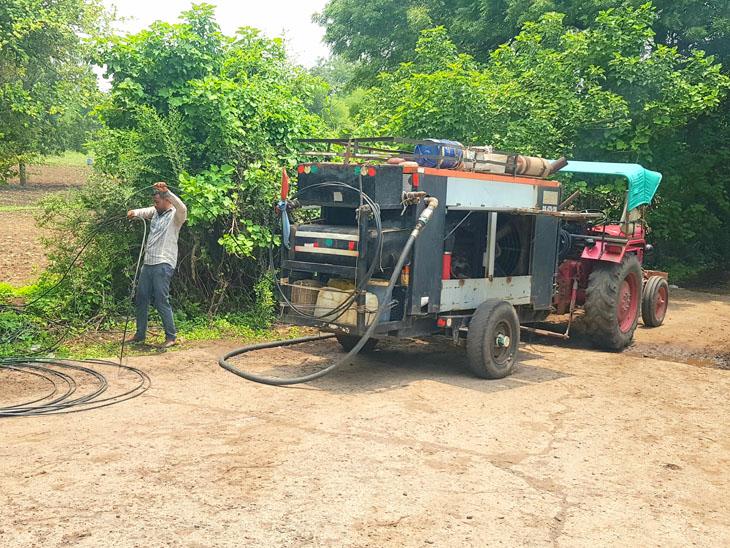 નસવાડીના રાજપુરા ગામ પાસે કેબલ લાઈન ગ્રામ પંચાયત તરફ નખાઈ રહી છે. - Divya Bhaskar