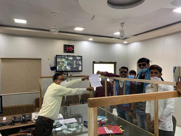 એનએસયુઆઇએ જિલ્લા કલેક્ટર કચેરીમાં ફી માફી અને સરકારી શાળમાં વર્ગો વધારવા બાબતે આવેદન પાઠવ્યું હતું. - Divya Bhaskar