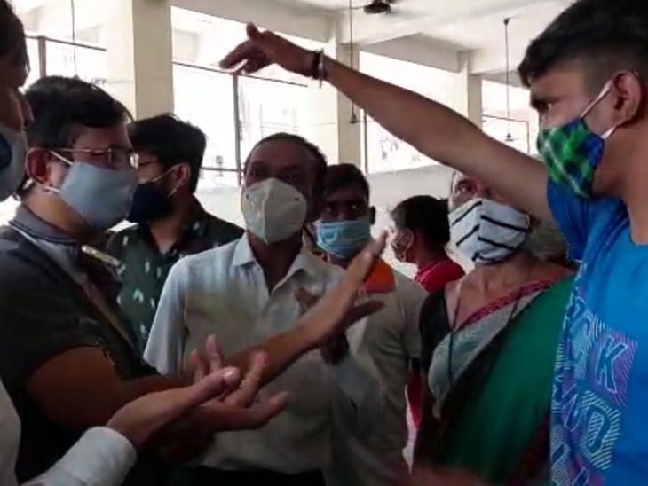 સુરતના યોગીચોકમાં વેક્સિન સેન્ટર રસી આપવામાં લાગવગ થતી હોવાની વાતે ભાજપ-આપના કાર્યકર્તાઓએ આમને-સામને થયા|સુરત,Surat - Divya Bhaskar
