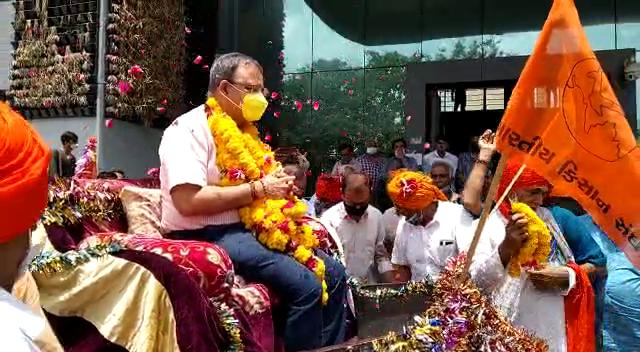 રાજકોટમાં અધિક કલેક્ટરની બદલી, શાહી ઠાઠ સાથે ફૂલની જાજમ પાથરી, શણગારેલા બળદગાડામાં બેસાડી ઢોલ-નગારાના તાલે પૈસા ઉડાડી વિદાય આપી રાજકોટ,Rajkot - Divya Bhaskar