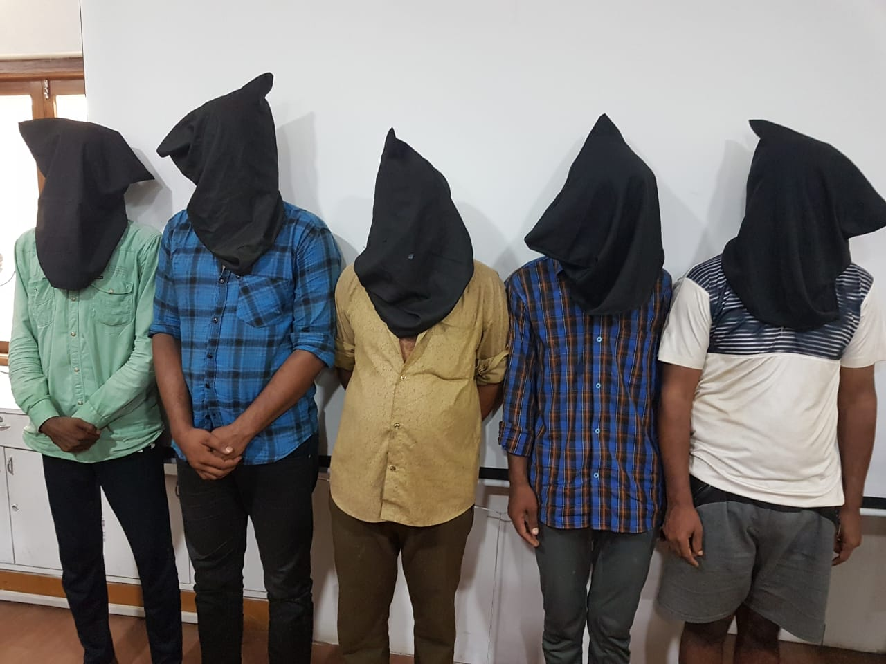 જસદણમાં શરીરસુખનું પ્રલોભન આપી લૂંટ અને હત્યાને અંજામ આપતી ગેંગની બે મહિલા સહિત 7 આરોપીની પોલીસે ધરપકડ કરી રાજકોટ,Rajkot - Divya Bhaskar