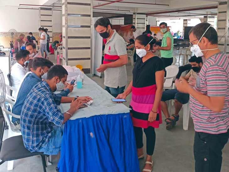 અમદાવાદમાં બુધવારે વેક્સિનેશન અભિયાન પર બ્રેક, શહેરમાં મંગળવારે 400 કેન્દ્ર પર 31521 લોકોને વેક્સિન અપાઈ|અમદાવાદ,Ahmedabad - Divya Bhaskar