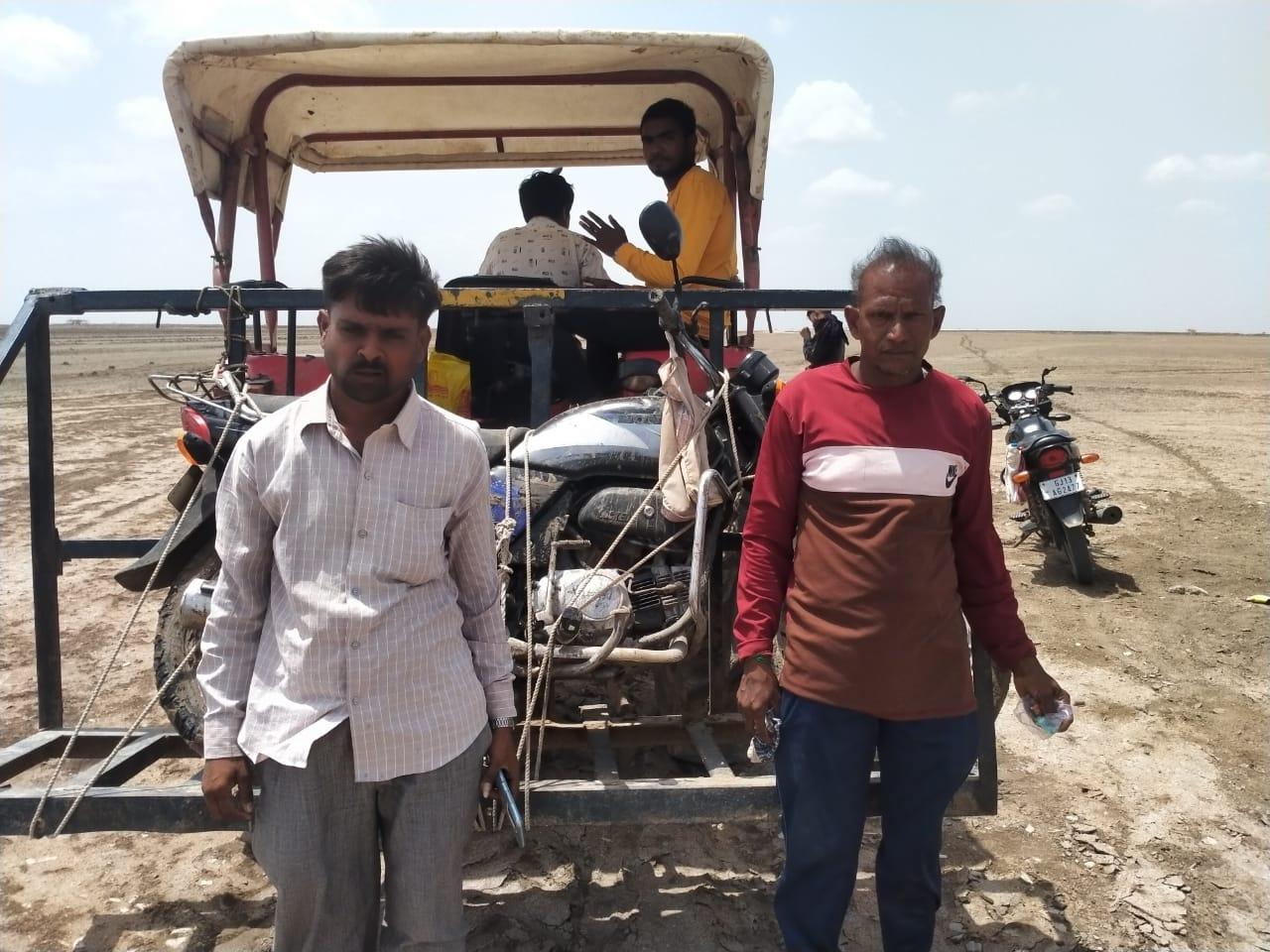 વાછડાદાદા રણમાં પાણીમાં બાઇક ફસાતા બે લોકો આખો દિવસ રઝળ્યા, બેભાન થઇ જતાં ટ્રેક્ટર લઇને દોડી ગયેલા સેવાભાવીઓએ બચાવ્યા - Divya Bhaskar