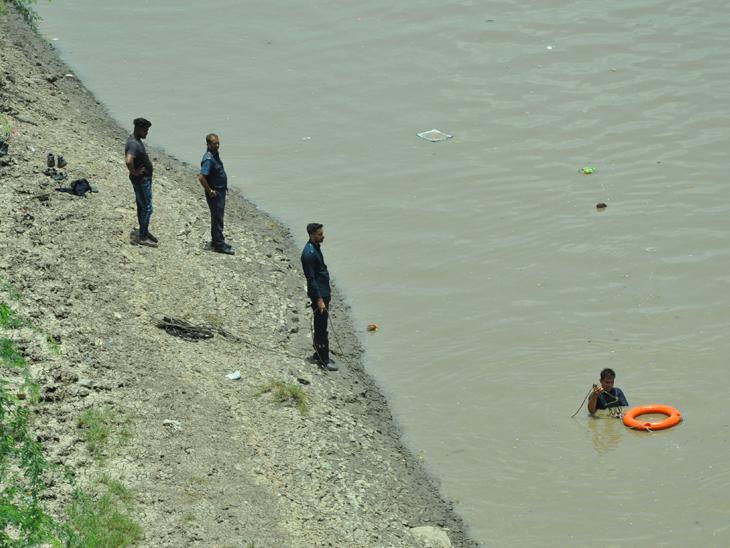 'હર હર મહાદેવ' બોલી યુવકે સરદાર બ્રિજ પરથી તાપી નદીમાં પડતું મૂક્યું|સુરત,Surat - Divya Bhaskar