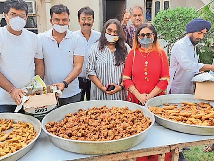 સિંધી પકોડા દિવસ પ્રસંગે યોજાયેલી હરીફાઇમાં સ્પર્ધકોએ વાનગીને શણગારથી સજાવી હતી. મુખ્ય બજારમાં વેપારીઓએ સ્ટોલ લગાવીને લોકોનેે પકોડાનો રસાસ્વાદ કરાવી અનોખી ઉજવણી કરી હતી. - Divya Bhaskar