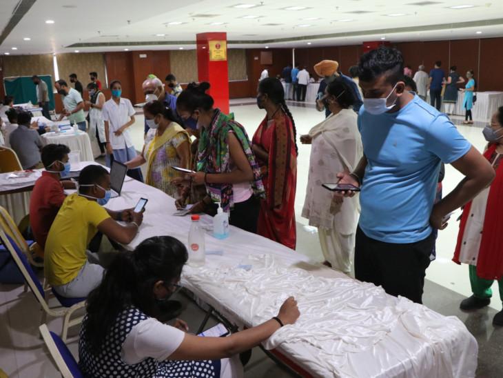 પંડિત દીનદયાળ હોલ ખાતે રસી લેવા મોટી સંખ્યામાં લોકો ઉમટી પડ્યા હતા. - Divya Bhaskar