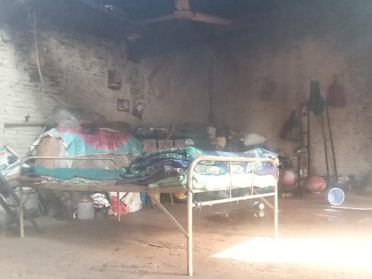 શોર્ટસર્કિટથી આગ લાગતાં ઘરનો સામાન બળી ખાખ થઇ જવા પામ્યો હતો. - Divya Bhaskar