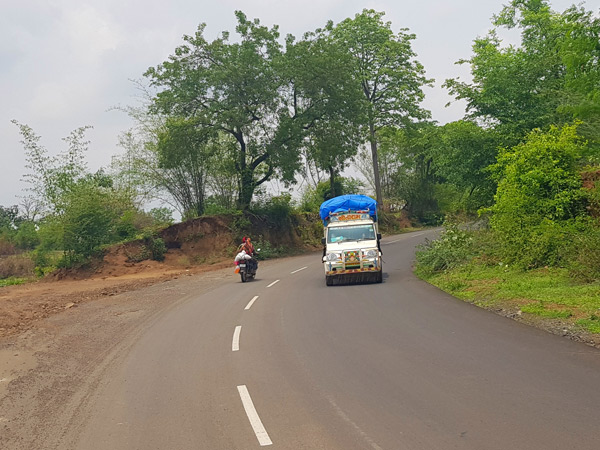 નસવાડીના પલાસણી ગામ પાસેના ભયજનક વળાંક પર રોડ વચ્ચે તૂટક તૂટક પટ્ટા પડાયા છે. - Divya Bhaskar