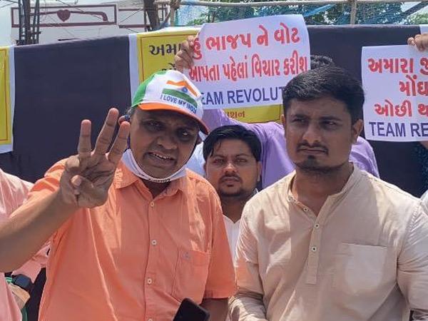 PMનો ફોટો બતાવી 10 થેલી દૂધ મફતમાં લઇ જનાર જિગ્નેશ નાયકે કાર્યક્રમમાં ભીડ હોવા છતાં માસ્ક ગળે પહેર્યો હતો. - Divya Bhaskar