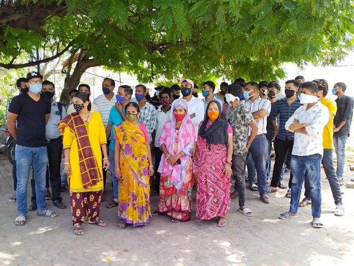 વડોદરામાં પાલિકા દ્વારા માંજલપુરમાંથી ટ્રાફિકને નડતરરૂપ લારીઓ હટાવી લેવાતા વેપારીઓએ દેખાવો કરી આપઘાતની ચીમકી ઉચ્ચારી વડોદરા,Vadodara - Divya Bhaskar