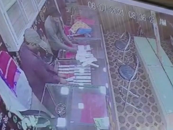 સુરતના કડોદરા ચાર રસ્તા પર જ્વેલર્સની દુકાનમાં કર્મચારીને બંધક બનાવી દાગીનાની લૂંટ ચલાવાઈ|સુરત,Surat - Divya Bhaskar