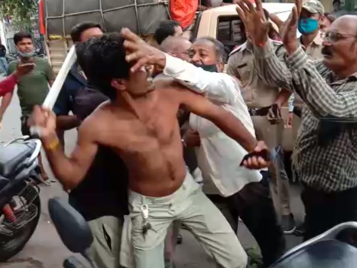 સુરતના વરાછા વિસ્તારમાં પાલિકાની દબાણ ખાતાની ટીમ પર અસામાજિક તત્વોએ હુમલો કર્યો|સુરત,Surat - Divya Bhaskar