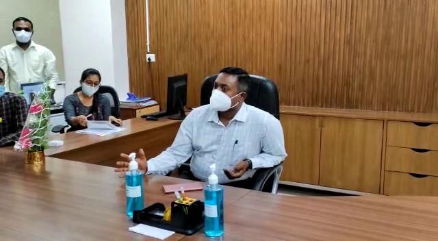 રાજકોટમાં જિલ્લા કલેક્ટરે સિવિલ હોસ્પિટલની મુલાકાત લીધી, કહ્યું- સંભવિત થર્ડ વેવમાં સેકન્ડ વેવની જેમ વાહનોની કતારો ન લાગે તે માટે યોગ્ય મેનેજમેન્ટ ગોઠવાશે|રાજકોટ,Rajkot - Divya Bhaskar