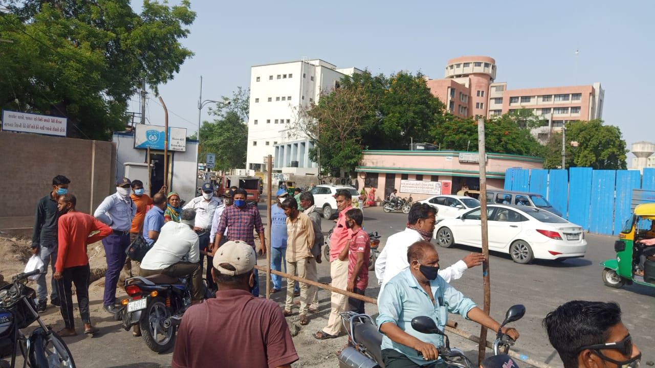 રાજકોટમાં સિવિલ પાસેના રસ્તાઓ ડાયવર્ટ કરાતા બાર એસો.નો વિરોધ, એરપોર્ટના કર્મચારીઓએ એલાઉન્સ ઘટાડવાનો નિર્ણય પાછો ખેંચવા સુત્રોચ્ચાર કર્યા|રાજકોટ,Rajkot - Divya Bhaskar