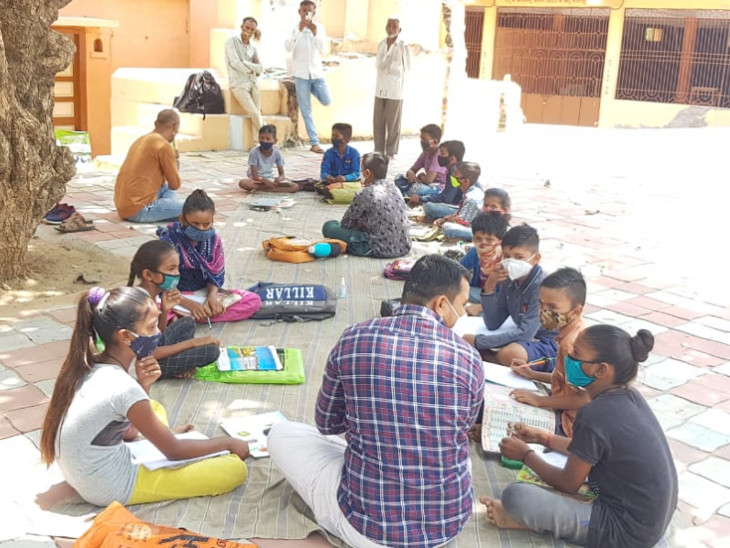 સીમ જોશીપુરા પ્રાથમિક શાળાના શિક્ષકોએ ગામના 188થી વધુ વિધાર્થીઓને ઘરે ઘરે, શેરીએ શેરીએ જઈ શિક્ષણ આપવાનો જ્ઞાનયજ્ઞ આદર્યો છે - Divya Bhaskar