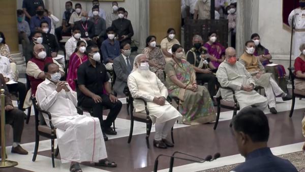 શપથ ગ્રહણ સમારોહમાં પ્રોટોકોલને ધ્યાનમાં રાખીને બેઠક વ્યવસ્થા કરવામાં આવી