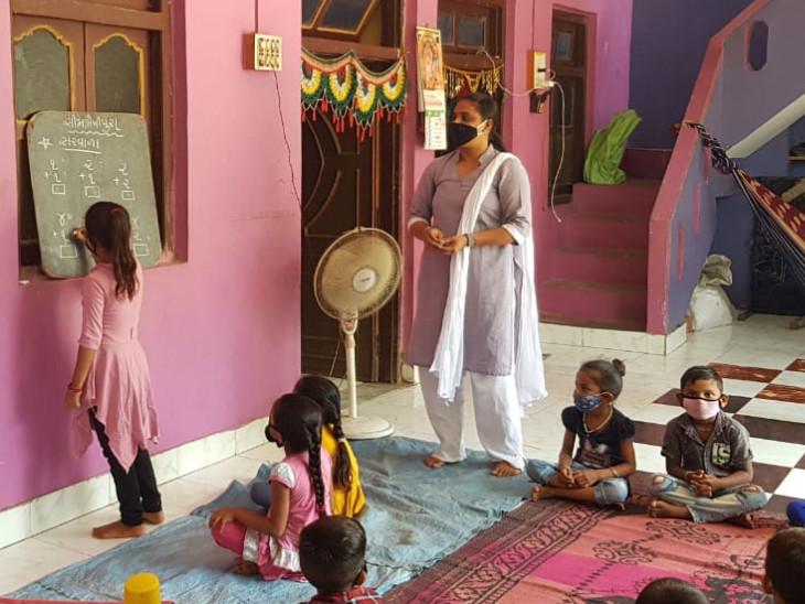 કોરોનાને લીધે શિક્ષકો ઘરે ભણાવવા આવે છે. ગીતો વાર્તાઓ સંભળાવે છે