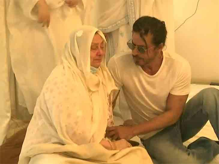 દિલીપ કુમારના અંતિમ દર્શનાર્થે શાહરુખ ખાન, સાયરાબાનોને સાંત્વના પાઠવી; સેલેબ્સ-રાજનેતાઓ ઉમટ્યા|બોલિવૂડ,Bollywood - Divya Bhaskar