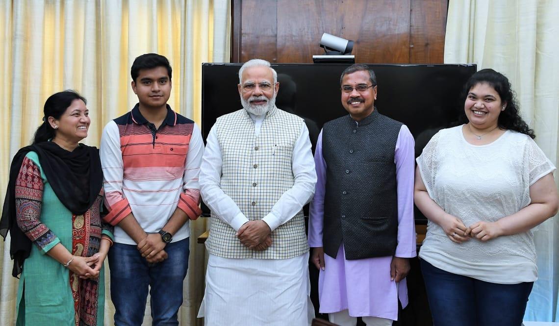 PM મોદી સાથે ડો. મહેન્દ્ર મુંજપરા અને તેમનો પરિવાર