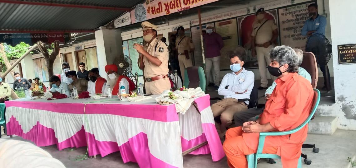 જૈનાબાદ ખાતે વેરના વળામણા સુરેન્દ્રનગર જીલ્લા પોલિસ વડા અને ધ્રાંગધ્રા ડીવાયએસપીની હાજરીમાં રબારી અને મુસ્લિમ સમાજના મનદુ:ખનું સુખદ સમાધાન - Divya Bhaskar