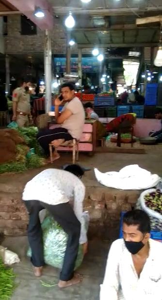 કાલુપુર શાકમાર્કેટના વેપારીઓ તમામ નિયમોને નેવે મૂકીને બજારમાં માસ્ક વગર જોવા મળ્યા