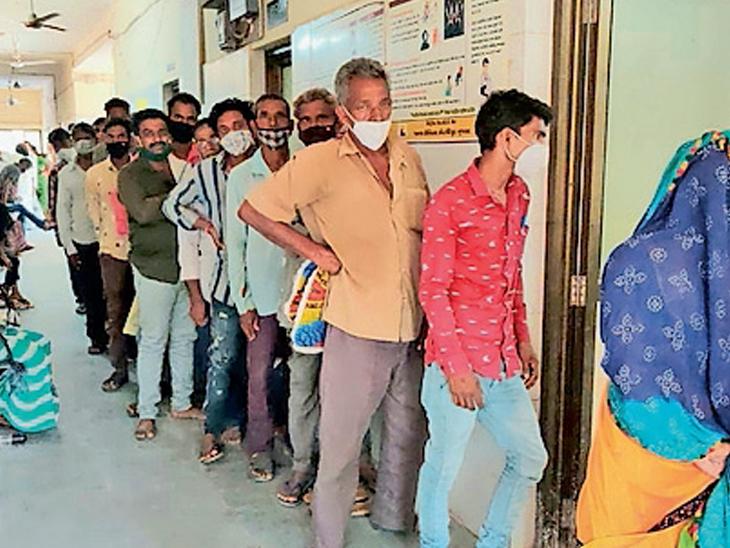 નસવાડી સી એચ સીમા કોરોના રસી લેવા લાઈનમા ઉભા રહેલા લોકોની તસવીર. - Divya Bhaskar