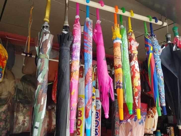 ચોમાસુ મોડું થતાં છત્રી- રેઇનકોટનાં બજારમાં મંદી|પોરબંદર,Porbandar - Divya Bhaskar
