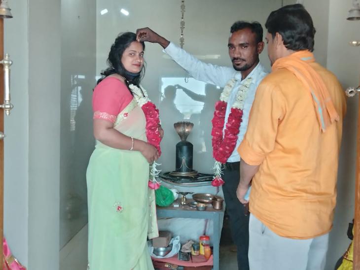 રોહિત કુમારે તા.09/09/20ના રોજ રાગિણી સાથે દહેગામ તાલુકાના લીંબુતેડા ખાતે મંદિરમાં ફૂલહાર કરી લગ્ન કર્યા હતા. - Divya Bhaskar