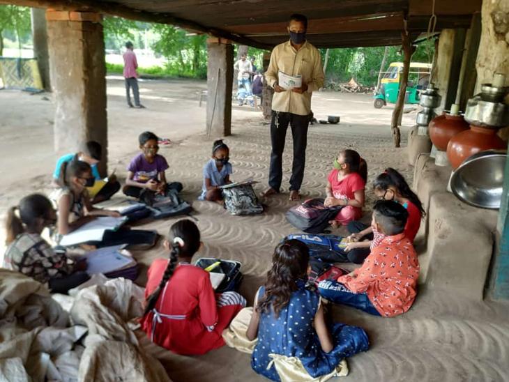 ઈલેક્ટ્રીક ઉપકરણોથી વંચિત બાળકોને પ્રાથમિક શાળાના શિક્ષકો દ્વારા અપાઈ રહ્યુ છે. - Divya Bhaskar