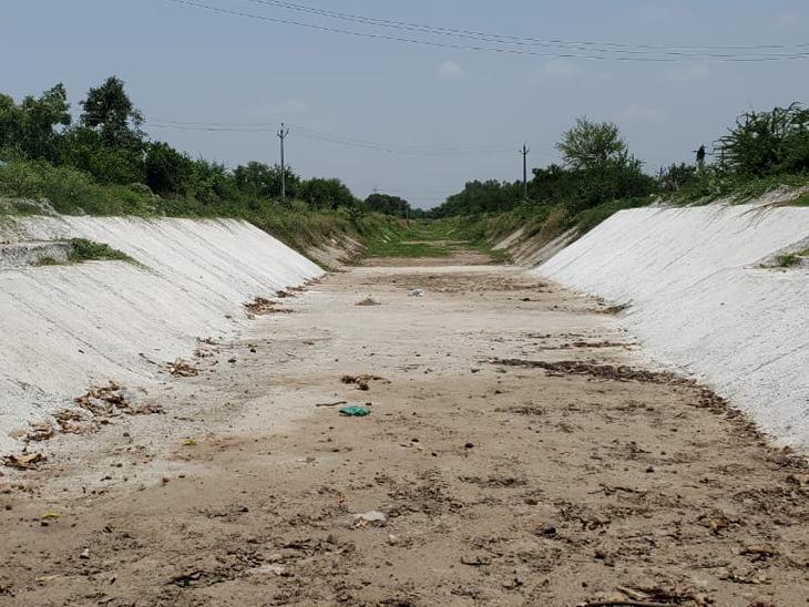 વણાકબોરી ડેમમાંથી સિંચાઇ માટે પાણી છોડવામાં આવ્યું છે. પરંતુ માઇનોર અને સબ માઇનોર કેનાલોમાં પાણી નહી છોડાતા પાણી પહોચ્યું નથી. - Divya Bhaskar