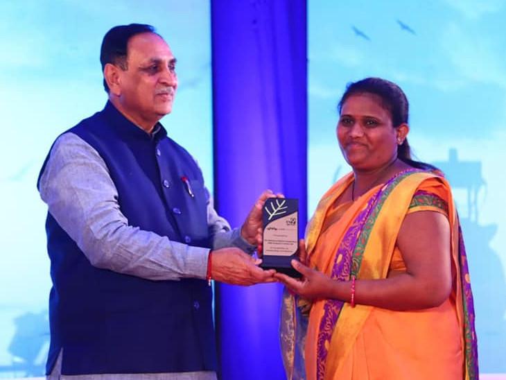 મુખ્યમંત્રીના હસ્તે એવોર્ડ લઈ રહેલા આશાબેન ઠાકોરની તસવીર - Divya Bhaskar