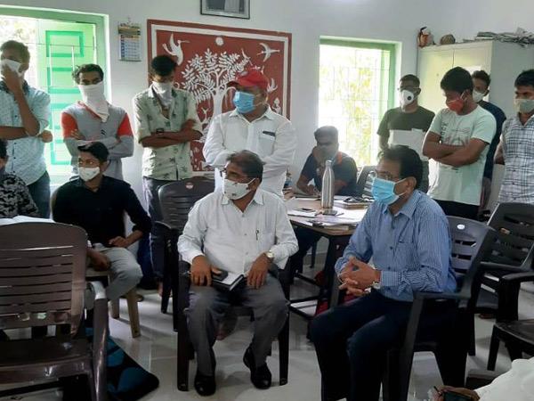 તાપી જિલ્લાના ગડત ગામે તાલુકા વિકાસ અધિકારીએ ચર્ચા કરી હતી. - Divya Bhaskar