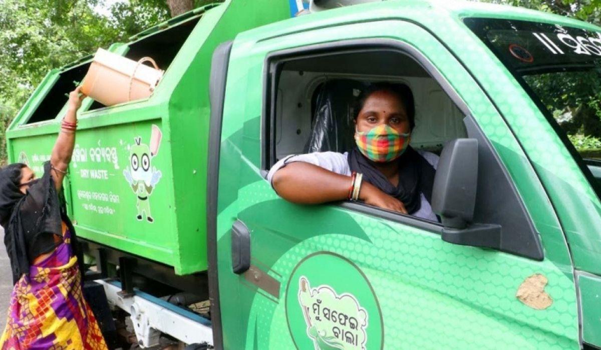 લોકડાઉનમાં ભુવનેશ્વરની સ્મૃતિરેખાની નોકરી છૂટતા ટીચરમાંથી ડ્રાઈવર બની, શહેરનો કચરો ભેગો કરી વેસ્ટ સેન્ટર સુધી પહોંચાડે છે|લાઇફસ્ટાઇલ,Lifestyle - Divya Bhaskar