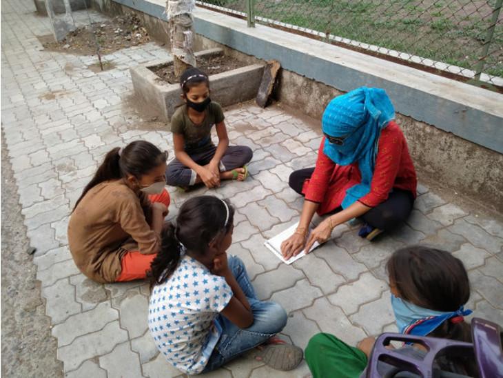 રાજકોટ મનપા શિક્ષણ સમિતિનો નવતર પ્રયોગ, 350 શિક્ષક રોજ બે કલાક ઓનલાઈથી કંટાળેલા વિદ્યાર્થીઓને ઘરે બેઠા જ શિક્ષણ આપે છે|રાજકોટ,Rajkot - Divya Bhaskar