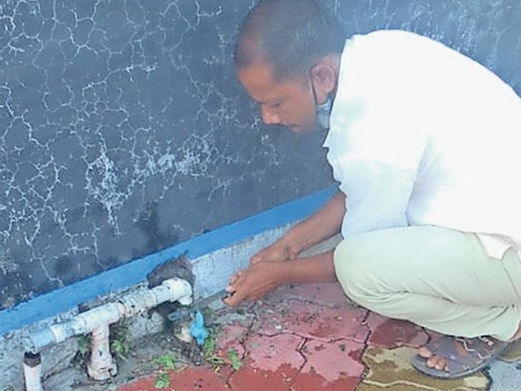 બારડોલીની શાળામાં કાપવામાં આવી રહેલું નળ કનેક્શન - Divya Bhaskar